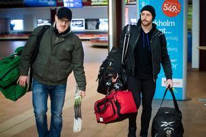 Assisterande tränaren Johan Thelin mötte upp nyförvärvet Michael Parks på flygplatsen.