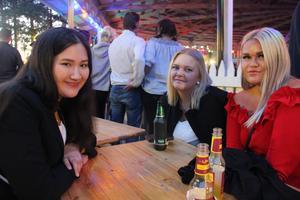 Tjejkompisarna (från vänster) Jenny Johansson, Jonna Berggren och Fanny Grönqvist från Tierp var inte säkra på om de skulle upp på buggdansgolvet senare på kvällen.