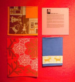 Tryckta jultextilier av Heidi Lange Sozzi, som bland annat arbetade för Frösö Handtryck, på Jamtli.