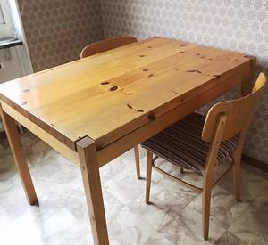 FÖRE: Ett litet kök med ett tomt köksbord.