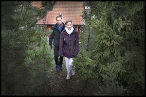 Alexandra Wik och Fredrik Sjöblom hade en god och nära relation till sin granne. Under kvällen som han dog reagerade de på flera saker som de tyckte var konstiga. Nu när rättsprocessen är avslutad har också alla pusselbitar fallit på plats.