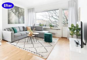 EFTER: Den barnvänliga sitthörnan har blivit ett elegant vardagsrum. Mattan har bytts ut mot en större och ljusare. Tavlan fanns redan i lägenheten men fick byta plats för att bli ett blickfång över soffan och dess gröna färg återkommer i växterna, kudden och sittpuffen och gör att det känns harmoniskt. Foto: Frida Ivarsson/Svensk Fastighetsförmedling