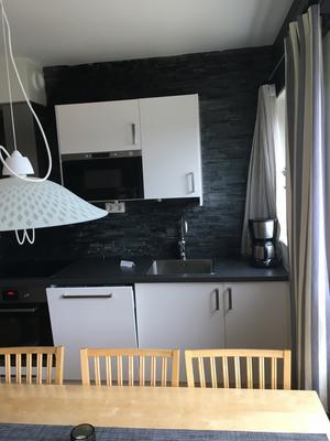 Genom att bygga ut väggen, och köksskåpen i utbyggnaden skapar det en känsla av mer yta.