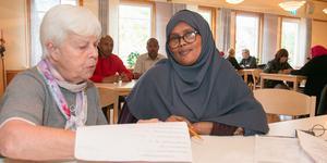 Tidigare läraren Ingrid Oxelmark jobbar som volontär på språkcaféet och träffar Fatima Mohamud och de andra.