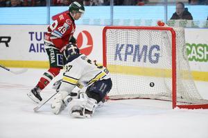 Rhett Rakhshani gör 6-1 bakom HV71:s målvakt Jonas Gunnarsson.