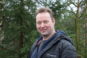 Anders Saxholm har arbetat med skog i hela sitt liv och har egen skog runt i kring där han bor. Han kör motorsågsutbildningar.