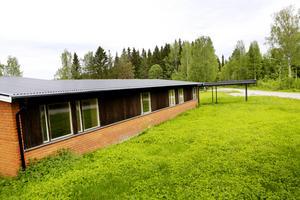 Vis skogsgränsen i utkanten av Bräcke, på andra sidan E14, ligger det gamla elevhemmet som nu ska bli seniorbostäder.