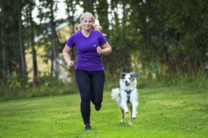 Att springa tillsammans med sin hund är ett bra sätt att träna konditionen på både hund och ägare.