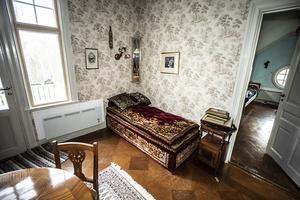 I musikrummet finns en skön divan och ett gammalt fyrkants piano.