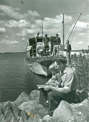 Bokbuss till sjöss. Här har bokbåten anlänt till Ridön. Foto: VLT:s arkiv