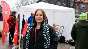 I kyla och duggregn. Kajsa Fredholm (V)  förstamajtalade utomhus i regnet i Leksand.