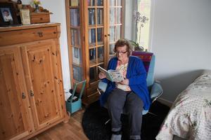 I Yvonne Brinkas sovrum finns detta smala och höga fönster, där hon har sin läshörna.