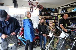 På jakt efter cykelkorgar var Alice och Astrid Hägglund och Lisen och Reine Ehrlin