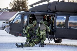 En helikopter tar hand om