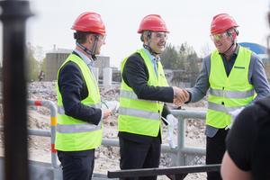 Skanskas vice vd Lars Jonson, näringsminister Ibrahim Baylan och Scanias vd Henrik Henriksson invigde bygget av ett nytt gjuteri i Södertälje.