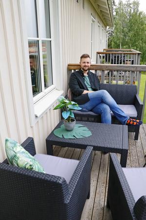 I lägenheten och på balkongen finns många gröna växter. Vilhelm avslöjar att de alla är av plast och vanskötsel.