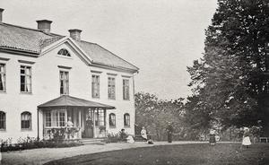 """Det här är enda bilden som finns av Nolinge från början av 1870-talet, runt de år Elin skrev sin dagbok. Barbro Gramén säger """"Vi tror att flickorna som spelar krocket är Elin och hennes systrar. Bild: Grödinge Hembygdsförening."""