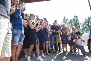 Det var trångt för familj och vänner som ville föreviga de blivande studenternas högtidsdag.