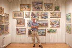 Clas Thor mitt i utställningen med Thomander-målningar i Wadköpingsrummet. Foto: Privat