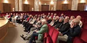 SPF Borlänge har gjort en utflykt till anrika Cassels i Grängesberg. På bilden sitter gruppen inne i den vackra konsertsalen.