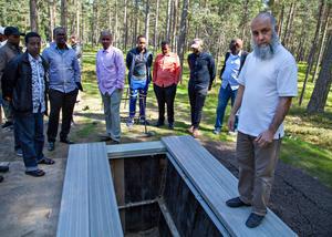 Ayman Ibrahim har förberett kroppen som snart ska ska begravas på Skogskyrkogården i Gävle.