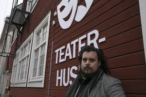 Det är kul med en teater som gör egna uppsättningar och där det finns engagemang, säger regissören och Borlängebon William C. Woxlin.