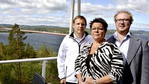 – För länsinvånarnas bästa så vill vi att de tre akutsjukhus återinrättas så att Sollefteå kan kalla sig ett fullvärdigt akutsjukhus, säger Katarina Hägg (SJVP), förstanamn på Sjukvårdspartiets regionlista, flankerad partikamraterna Mattias Rösberg (t v) och Robert Thunfors.