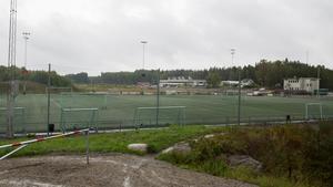 Konstgräsplanen ska i framtiden få sällskap av ett antal andra idrottsanläggningar. I bakgrunden syns Furuborgskolan.