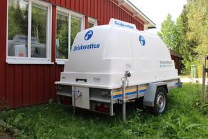 Vattentanken utanför förskolan i Vad rymmer 1000 liter.