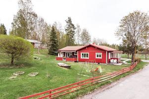 Byggt 1962, 1 467 kvm tomt, dubbelgarage, delvis takad altan, nära till sjön Aspan. Foto: Kristofer Skog