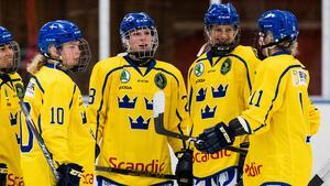 På bilden syns Nicole Hall (10) och Ida Karlsson (näst längst till höger), i landslagströjan. Båda är leksingar och slutade tvåa i sista fyrnationsturneringen inför U18-VM i Slovakien som inleds den 26 december. Foto: Andreas L Eriksson/Bildbyrån.
