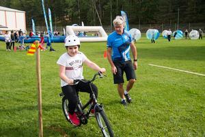 Gulnisa Ibrahimov får coachning runt cykelbanan av Fagersta Södras Björn Furulind.
