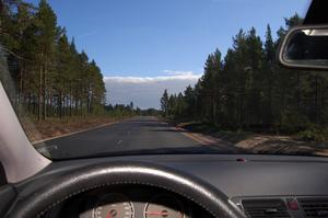 Den nya vägen är jämn och har ett par långa raksträckor. Foto:Birger Nylén