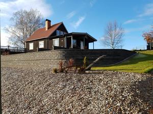 Tvåplansvilla i Stora Skedvi med en tomt på 1 390 kvadratmeter. Foto: Patrik Persson/Svensk Fastighetsförmedling
