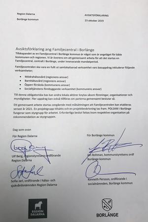 Undertecknad av Borlänges kommunledning och Region Dalarna-ledningen. Så här såg det ut när avsiktsförklaringen om Borlänges första familjecentral skrivits under av regionråden Ulf Berg och Sofia Jarl samt Jan Bohman och Kenneth Persson, ordförande för kommunstyrelsen respektive socialnämnden, i Borlänge.
