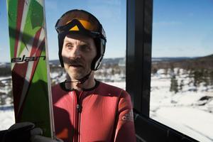 Anders Gustafsson i liften på väg upp i Lugnets lilla hoppbacke.
