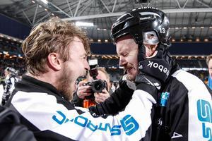Vinnarkulturen finns i väggarna hos SAIK. Här Christoffer Edlund och Magnus Muhrén efter SM-guldet 2014 i Friends arena. Bild: Pernilla Wahlman/TT