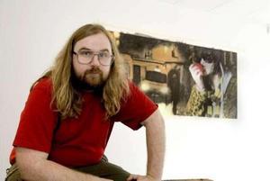 Konstnären Joakim Hansson när han ställde ut i Gävle 2009.