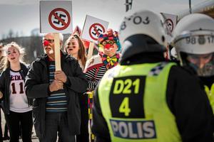 Motstånd. Clowner Mot Nazism är en av de organisationer som demonstrerar mot nazisternas marscher. Här i Falun 2017.