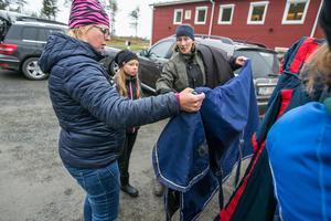 Nina Augusén från Rödön till vänster och 9-åriga dottern Alva Augsusén köpte det här och ytterligare ett hästtäcke för 300 kronor sammanlagt av Åsa Lindeborg från Lövtorpen.
