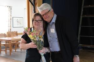 Anette Westberg avtackades av Sigvard Åkesson för allt hon gjort för HjärtLung-föreningen under alla år man förlagt sina möten i Forum, som försatts i konkurs. Foto: Läsarbild