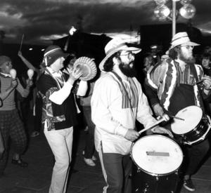 Sambaorkestern Conga Quatro drog runt på stadens gator och lockade till spontandans. De gav även en ståndsmässig entré till presidenten inför talet till republiken på lördagskvällen.