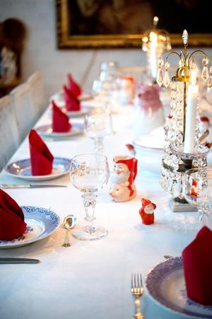 Färgskalan hålls i vitt, blått och rött och de vackra kristallljusstakarna passar perfekt in i matsalens stil.