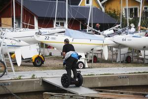 Gunilla Larsson har seglat färdigt för dagen och bytt båt mot segway. FOTO: LASSE HALVARSSON