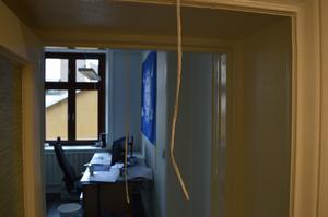Norconsults kontor i Borlänge är nästan som en labyrint. Och det är olika nivåer på flera ställen i lokalerna. För att undvika att slå i huvudet i dörrkarmen har tjocka snören hängts upp som varning vid detta rum.