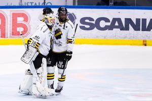 Johannes Jönsson gratuleras av Daniel Muzito-Bagenda efter 4–1-segern mot Södertälje. Foto: Maxim Thoré/Bildbyrån.