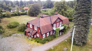 Officershuset i Salbohed lämnades vind för våg. Nu är hela fastigheten till salu  för 1,5 miljoner kronor.