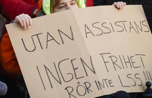 Plakat från en tidigare demonstration för rätten till personlig assistans. Foto: Janerik Henriksson / TT