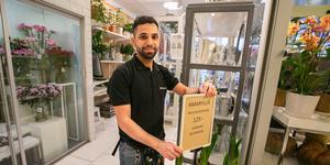 Mohammad Alshaikhshaker säljer bland annat blommor och krukväxter som är uppdrivna i norra Sverige, och lite bruks- och konstföremål tillverkade av hantverkare i Jämtlands län.