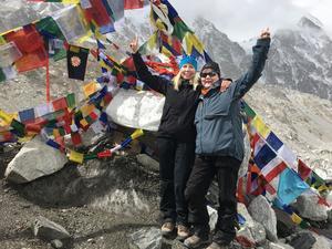 Två glada väninnor på vandringens mål – första baslägret ligger på 5 364 meter över havet. Mount Everest är med sina 8 848 meter världens högsta berg.   Foto: Privat